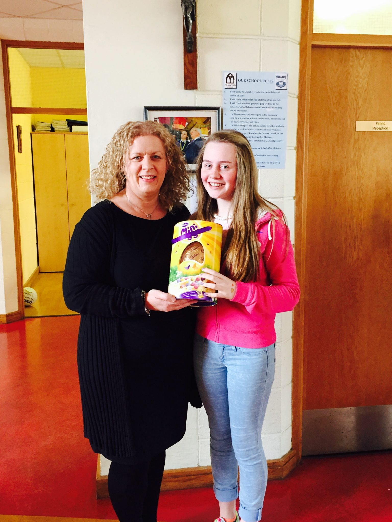Caoimhe Danaher receives an Easter egg from Ms Gavin for selling the most raffle tickets. Well done Caoimhe.
