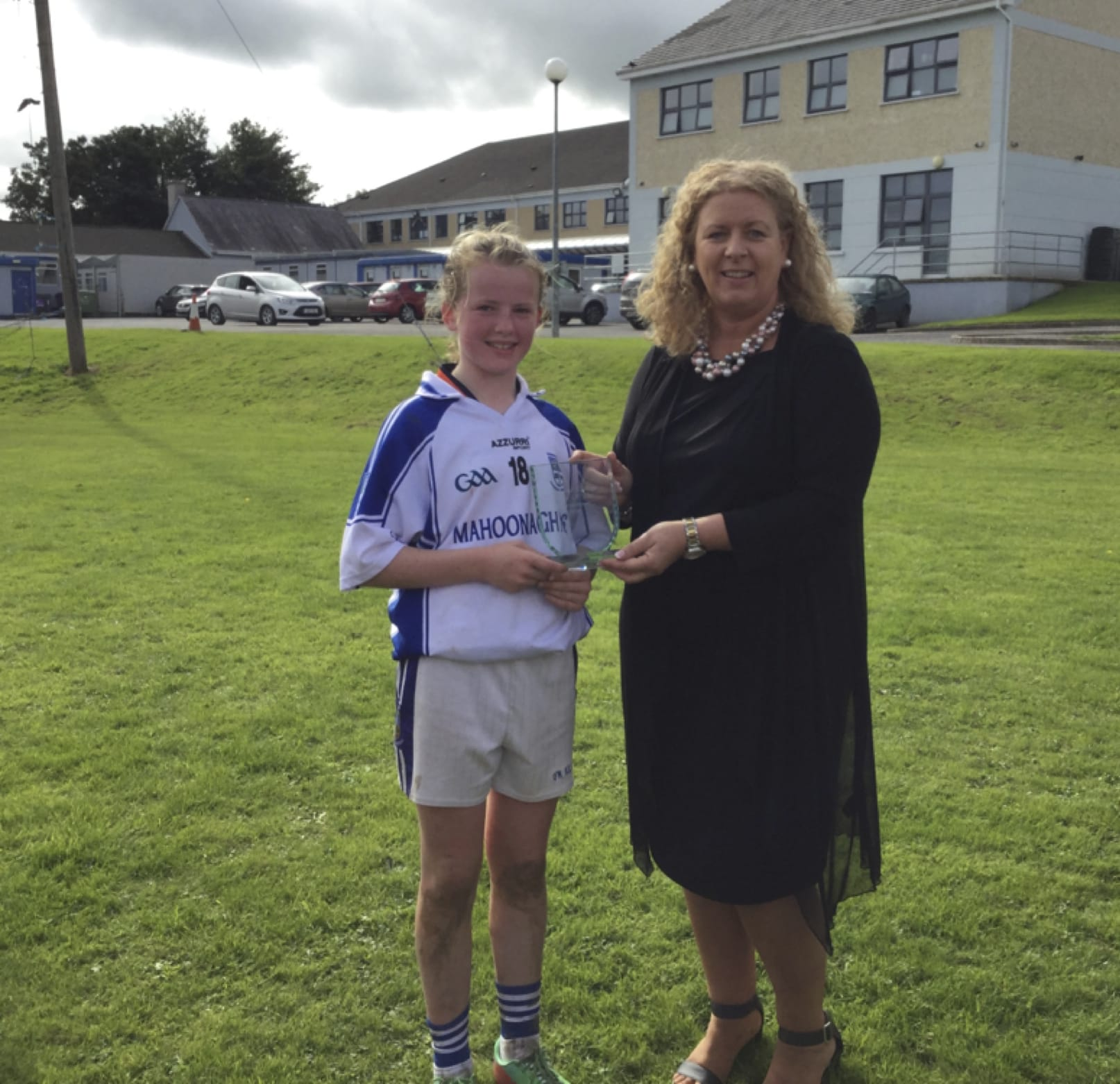 26-27 Sept 2016: Ms Gavin Barry presents player of the tournament to Lucy O Brien from Mahoonagh N.S.