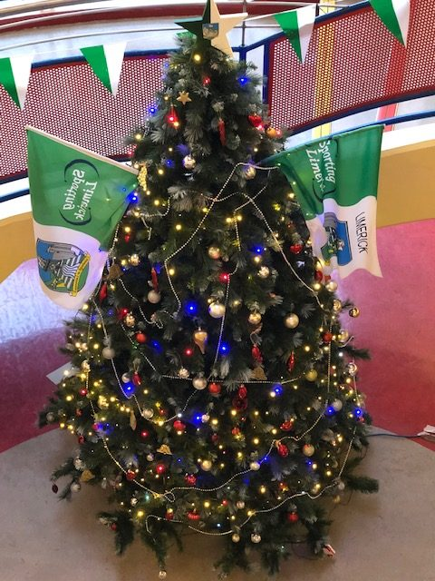 Christmas tree with a little creativity from our Art Department #star #Luimineach Abú