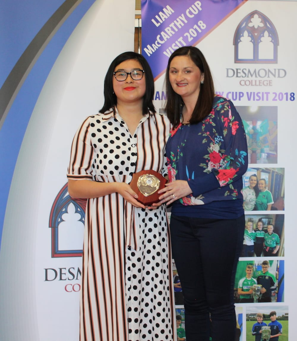 Joanne Lai receiving her Peer Mentoring Award from Ms O Mahony